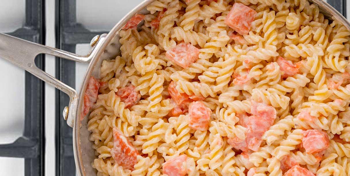 Фузілі з лососем у вершковому соусі, приготування