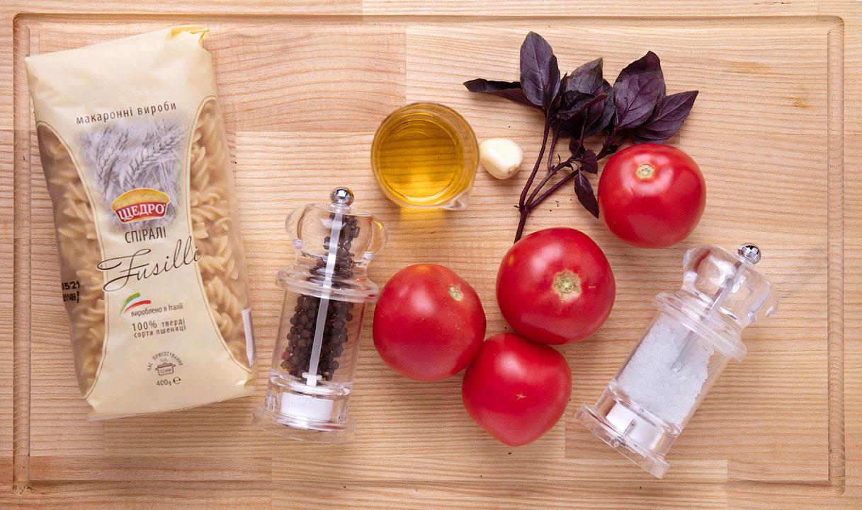 Салат фузілі з помідором і базиліком, інгредієнти