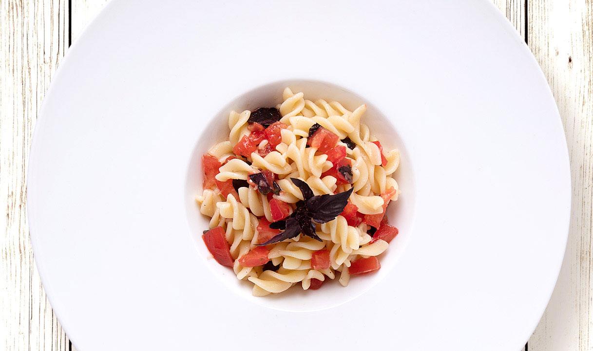 Салат фузілі з помідором і базиліком