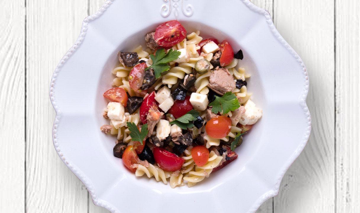 Фузілі з тунцем, маслинами і каперсами